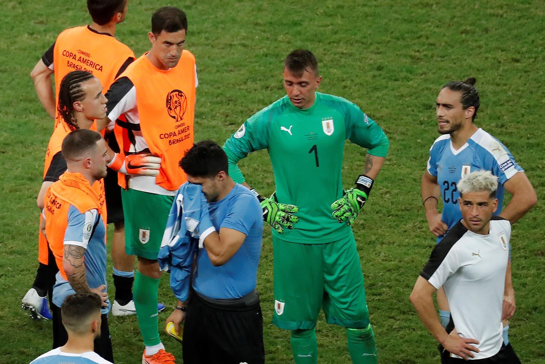 Luis Suárez (c), de Uruguay, se lamenta tras perder con Perú en tanda de penales, durante los cuartos de final de la Copa América de Fútbol 2019, en la Arena Fonte Nova de Salvador, Brasil, el 29 de junio de 2019. Foto: Raul Spinassé / EFE.