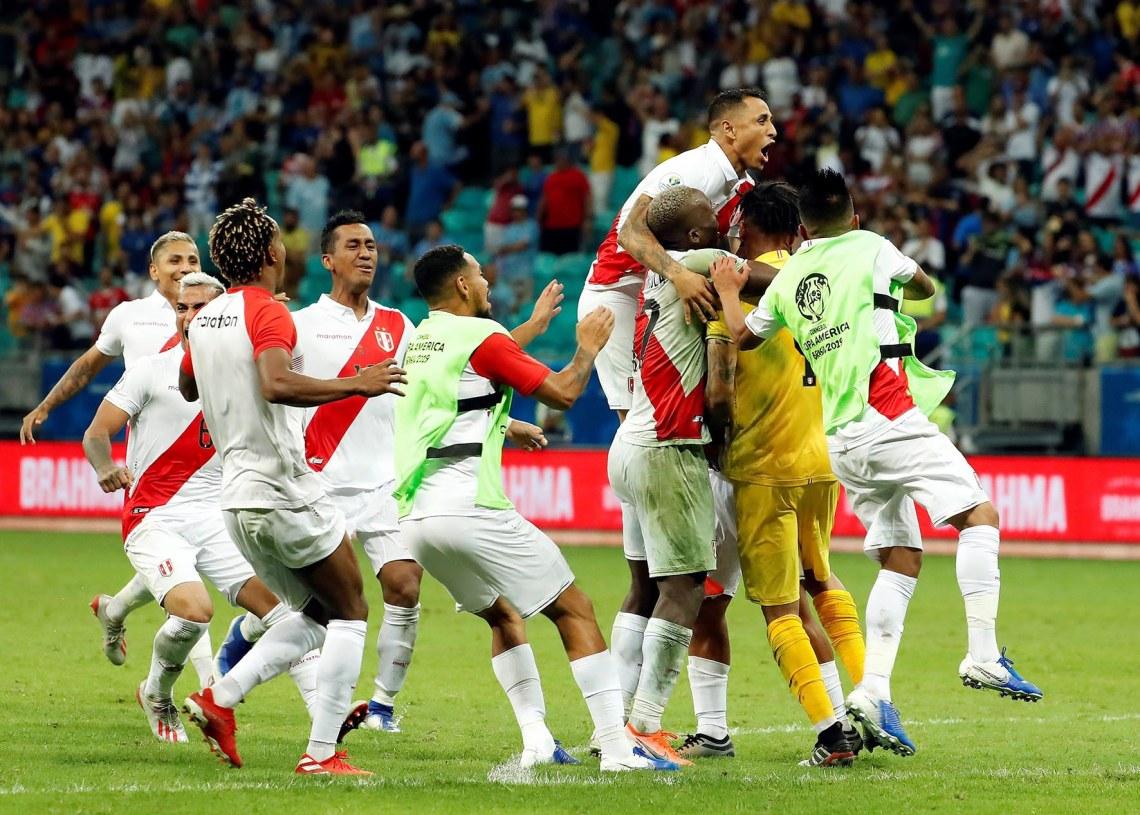 Jugadores de Perú celebran tras su victoria en penales sobre Uruguay en los cuartos de final de la Copa América 2019, en la Arena Fonte Nova de Salvador, Brasil, el 29 de junio de 2019. Foto: Mauricio Dueñas Castañeda / EFE.