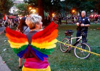 Un policía de pie detrás de una cinta policial el sábado 8 de junio de 2019. Varias personas resultaron heridas tras una estampida en el desfile del Orgullo LGBTQ en la capital del país. Foto: Patrick Semansky/ AP.