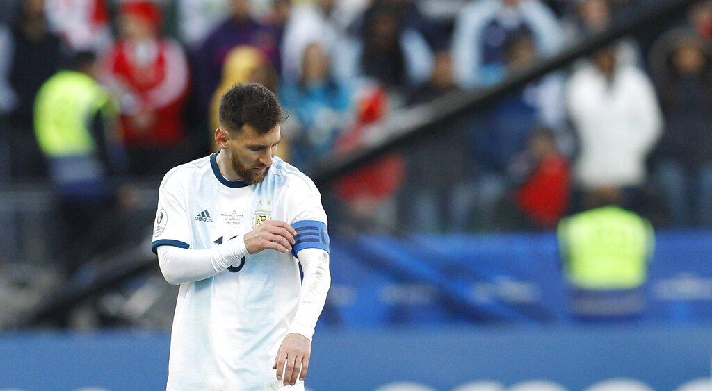 El delantero argentino Lionel Messi toca su brazalete de capitán durante el partido contra Chile por el tercer puesto de la Copa América en la Arena Corinthians de Sao Paulo, el sábado 6 de julio de 2019. Foto: Víctor R. Caivano / AP.