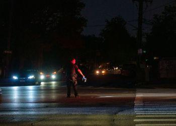 Un policía dirige el tráfico durante un apagón en Brooklyn, Nueva York, el domingo 21 de julio de 2019. Foto: Gardiner Anderson/ New York Daily News.