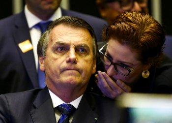 El presidente Jair Bolsonaro escucha mientras Carla Zambelli le susurra algo durante una reunión en el Congreso en Brasilia, Brasil en una fotografía del 29 de mayo de 2019 proporcionada por Agencia Brasil. Foto: Marcelo Camargo/Agencia Brasil vía AP.