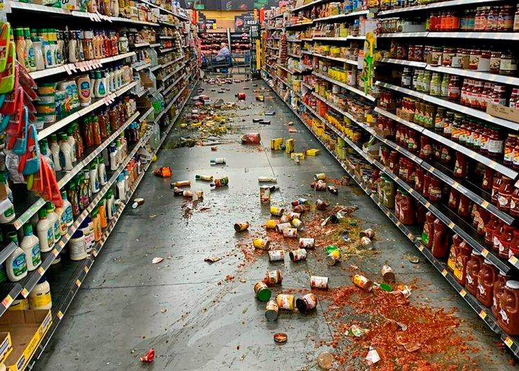 Alimentos caídos de las estanterías ensucian el piso en un Walmart tras un terremoto de magnitud 7,1 en el valle de Yucca, California, el 5 de julio de 2019. Foto: Chad Mayes via AP.