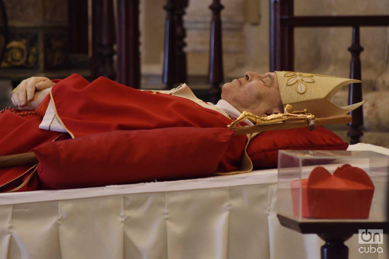 El cuerpo del fallecido cardenal Ortega descansa en la capilla ardiente en la catedral de La Habana
