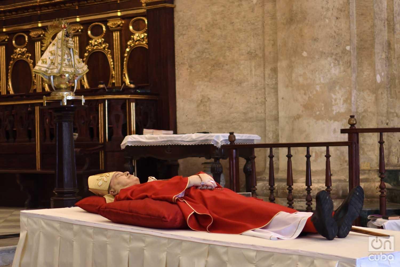 El cuerpo del fallecido cardenal Jaime Ortega en capilla ardiente en la Catedral de La Habana, el viernes 26 de julio de 2019. Foto: Otmaro Rodríguez.