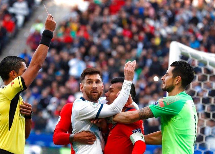 El árbitro paraguayo Mario Díaz Vivar expulsa al delantero argentino Lionel Messi y al defensor chileno Gary Medel en el partido por el tercer lugar de la Copa América en Sao Paulo, el sábado 6 de junio. Foto: Andre Penner / AP.