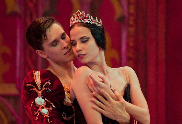"""Grettel Morejón y Dany Hernández en """"El cisne negro"""". Foto: Yuris Nórido / Facebook del Ballet Nacional de Cuba / Archivo."""