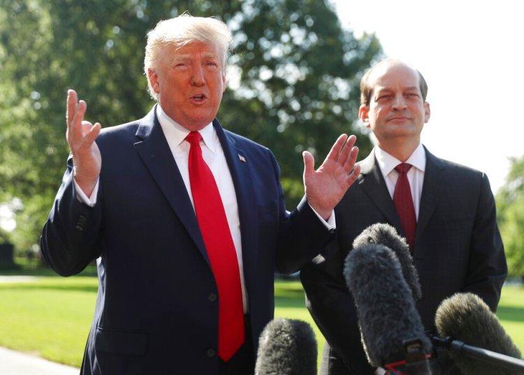 El presidente Donald Trump habla con la prensa junto al hasta ahora secretario de Trabajo Alex Acosta en la Casa Blanca el viernes 12 de julio de 2019 en Washington. Foto: Andrew Harnik / AP.