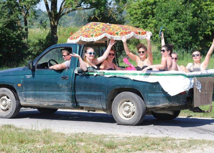 Seis mujeres se refrescan en una camioneta pickup llena de agua en Unlingen, en el sur de Alemania, el domingo 30 de junio de 2019. Foto: Thomas Warnack/dpa vía AP.