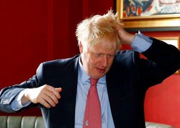 El candidato a líder del Partido Conservador británico Boris Johnson gesticula en el Wetherspoons Metropolitan Bar, Londres, 10 de julio de 2019. (Henry Nicholls/Pool Photo via AP)