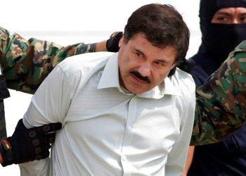 """Esta fotografía de archivo del 22 de febrero de 2014 muestra a Joaquín """"El Chapo"""" Guzmán, líder del cártel de Sinaloa en México, siendo escoltado a un helicóptero en la Ciudad de México tras su captura en la ciudad de Mazatlán. Foto: Eduardo Verdugo / AP / Archivo."""