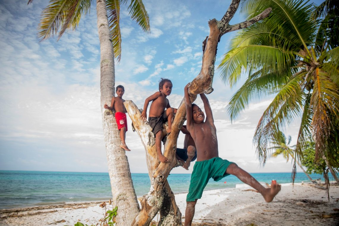 Niños en la isla de Abaiang en Kiribati. Foto: Sarah Fretwell / Fundación Tara Expéditions.