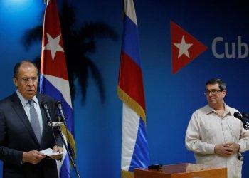 El ministro de Relaciones Exteriores de Rusia, Serguei Victorovich Lavrov (i), junto a su homólogo cubano, Bruno Rodríguez Parrilla (d), este miércoles en la sede de la cancillería cubana en La Habana. Foto: Yander Zamora / EFE.