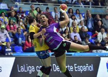 Lorena Téllez, de 22 años, es una de las grandes figuras del plantel femenino cubano de balonmano en la actualidad. Foto: RFEBM