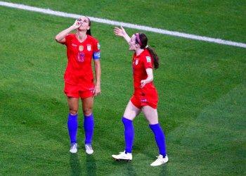 Alex Morgan, de la selección estadounidense, finge beber té tras anotar ante Inglaterra en la semifinal del Mundial femenino, disputada el martes 2 de julio de 2019, en Lyon, Francia Foto: Francois Mori / AP.