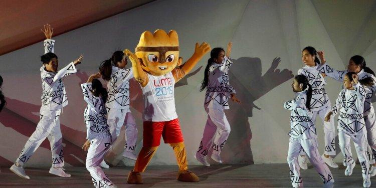 Milco, la mascota de los Juegos Panamericanos de Lima, saluda durante la ceremonia de apertura realizada el viernes 26 de julio de 2019 (AP Foto/Silvia Izquierdo)