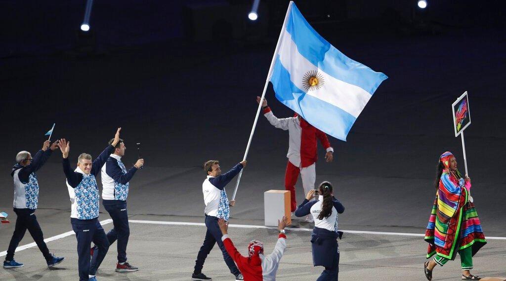 El velista argentino Javier Conte encabeza la delegación de su país en la ceremonia inaugural de los Juegos Panamericanos de Lima, el viernes 26 de julio de 2019 (AP Foto/Silvia Izquierdo)