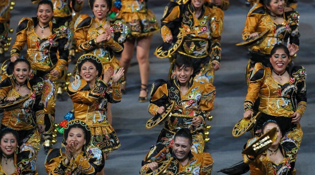 Un grupo de bailarines actúa en la inauguración de los Juegos Panamericanos de Lima, el viernes 26 de julio de 2019 (AP Foto/Fernando Llano)