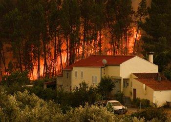 Un incendio avanza por la localidad de Chaveira, cerca de Macao, en la región central de Portugal, el lunes 22 de julio de 2019. (AP Foto/Sergio Azenha)