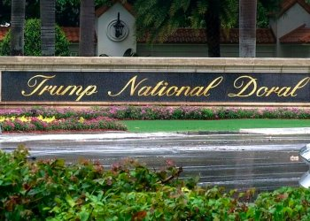 Captura de video se ve la entrada del Trump National Doral, en Doral, Florida, el 2 de junio de 2017. Foto: Alex Sanz / AP.