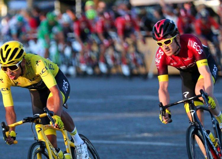 El colombiano Egan Bernal, izquierda, toma una curva frente al británico Geraint Thomas en los Campos Elíseos durante la última etapa del Tour de Francia, el domingo 28 de julio de 2019, en París. Foto: Thibault Camus / AP.