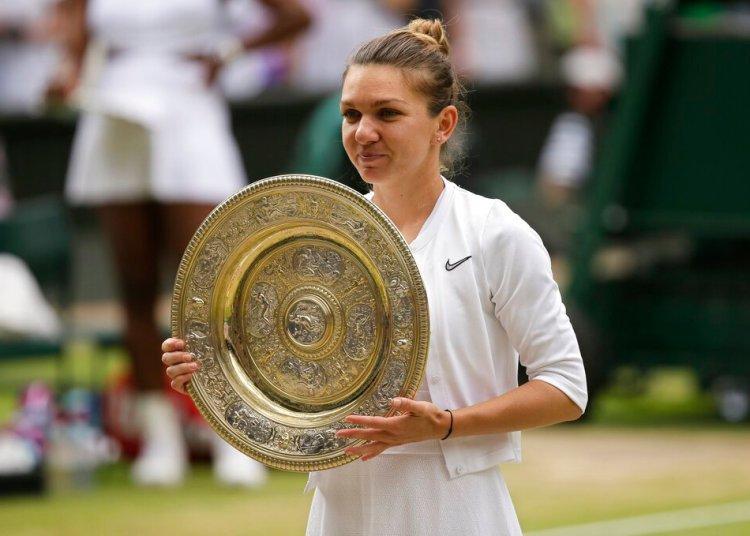 La rumana Simona Halep sostiene su trofeo tras vence a Serena Williams en la final de Wimbledon el sábado, 13 de julio del 2019.  Foto:Tim Ireland/AP.
