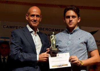 El joven ajedrecista cubano Carlos Daniel Albornoz (d) recibe su premio como subtitular del torneo iberoamericano finalizado el domingo 18 de agosto de 2019 en Linares, España. Foto: feda.org