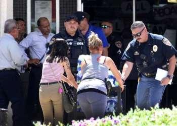 Trasladando heridos del tiroteo. Foto: Rudy Gutiérrez/AP.