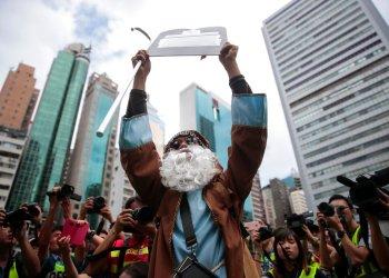 Un manifestante vestido como el personaje bíblico Moisés participa en una protesta prodemocracia en Wan Chai, Hong Kong, el 31 de agosto de 2019. Foto: Jae C. Hong/AP.