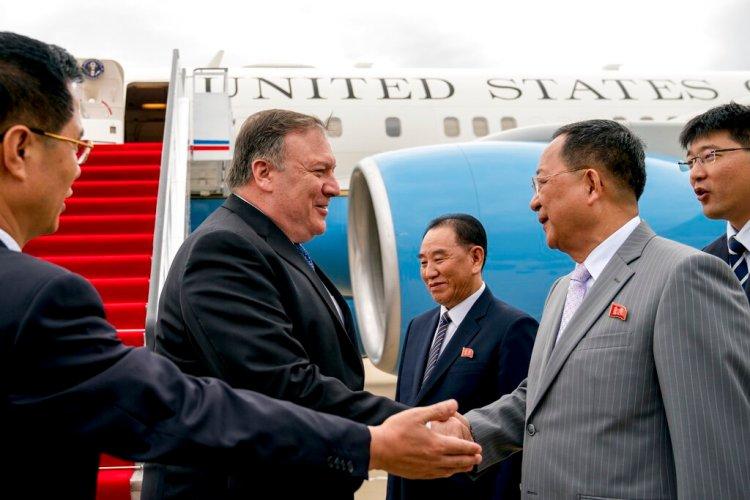 Imagen de archivo, tomada el 6 de julio de 2018, el secretario de Estado de Estados Unidos, Mike Pompeo saluda al director del Departamento Frente Unido, Kim Yong Chol (centro), y el ministro norcoreano de Exteriores, Ri Yong Ho (segundo por la derecha), a su llegada al aeropuerto al aeropuerto internacional Sunan, en Pyongyang, Corea del Norte. Foto: Andrew Harnik, Pool/AP.