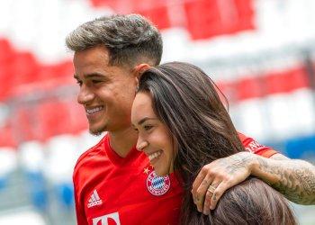 El brasileño Philippe Coutinho, ahora jugador del Bayern Munich, posa con su esposa Aina en el estadio del club en Múnich, Alemania, el lunes 19 de agosto de 2019. Foto: Peter Kneffel/dpa vía AP.