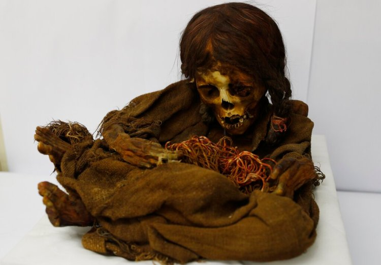 La momia de una niña inca de 500 años de antigüedad está sentada dentro de una bóveda en el Museo Nacional de Arqueología en La Paz, Bolivia. Foto: Juan Karita/AP.