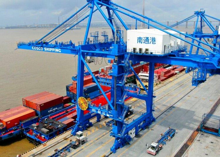 Contenedores siendo cargados en un buque en el puerto de Nantong, en el este de China. Foto: Chinatopix vía AP / Archivo.