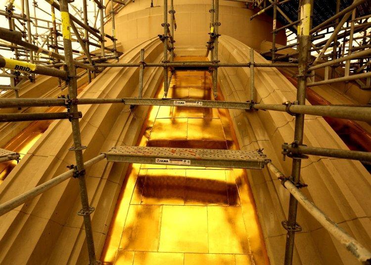 Trabajos de restauración en la cúpula del Capitolio de La Habana para devolverle su color dorado. Foto: Naturaleza Secreta de Cuba / Facebook.