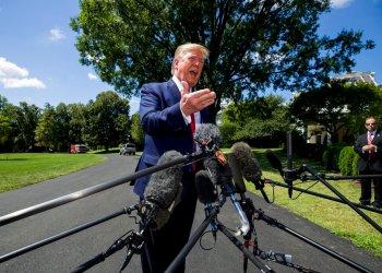 El presidente Donald Trump habla con los reporteros antes de salir de la Casa Blanca, en Washington, rumbo a Louisville, Kentucky, el miércoles 21 de agosto de 2019. Foto: Alex Brandon/ AP.