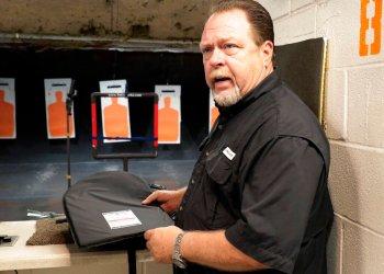 Steve Naremore, fundador y director general de TuffyPacks, muestra uno de sus blindajes antibalas que pueden ser insertados en varios modelos y tamaños de mochilas antes de una demostración en vivo de la capacidad del producto para resistir los disparos en el Polígono de Tiro Shiloh en Houston, el viernes 9 de agosto de 2019. Foto: Michael Wyke/ AP.