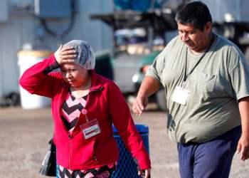 Empleados de Koch Foods Inc. salen de una planta en Morton, Mississippi, después de una redada de autoridades migratorias, el miércoles 7 de agosto de 2019. Foto: Rogelio V. Solis/ AP.