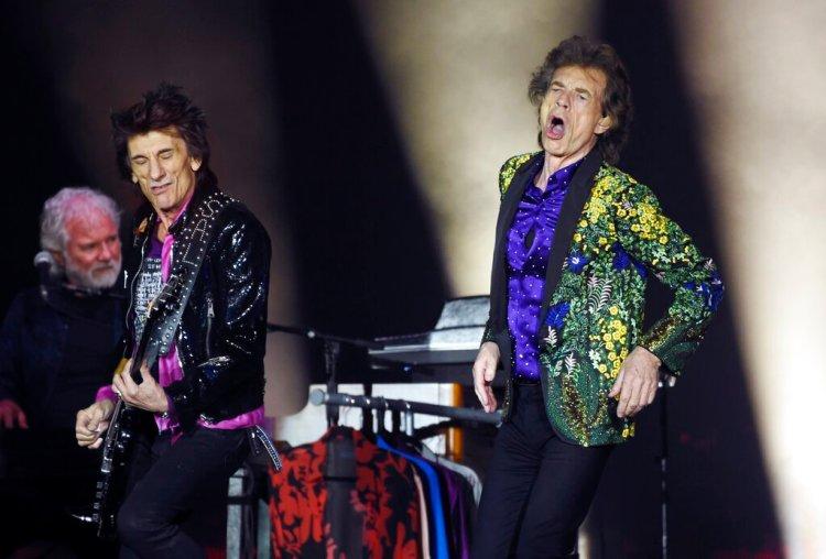 Mick Jagger y el guitarrista Ron Wood de los Rolling Stones durante un concierto en el estadio Rose Bowl el 22 de agosto de 2019 en Pasadena, California. Foto: Chris Pizzello/Invision/AP.