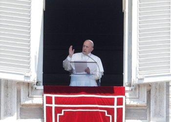 El papa Francisco saluda a los fieles tras la oración del Angelus desde la ventana de su estudio con vista a la plaza de San Pedro, en el Vaticano, el domingo 21 de julio de 2019. Foto: Gregorio Borgia/ AP.
