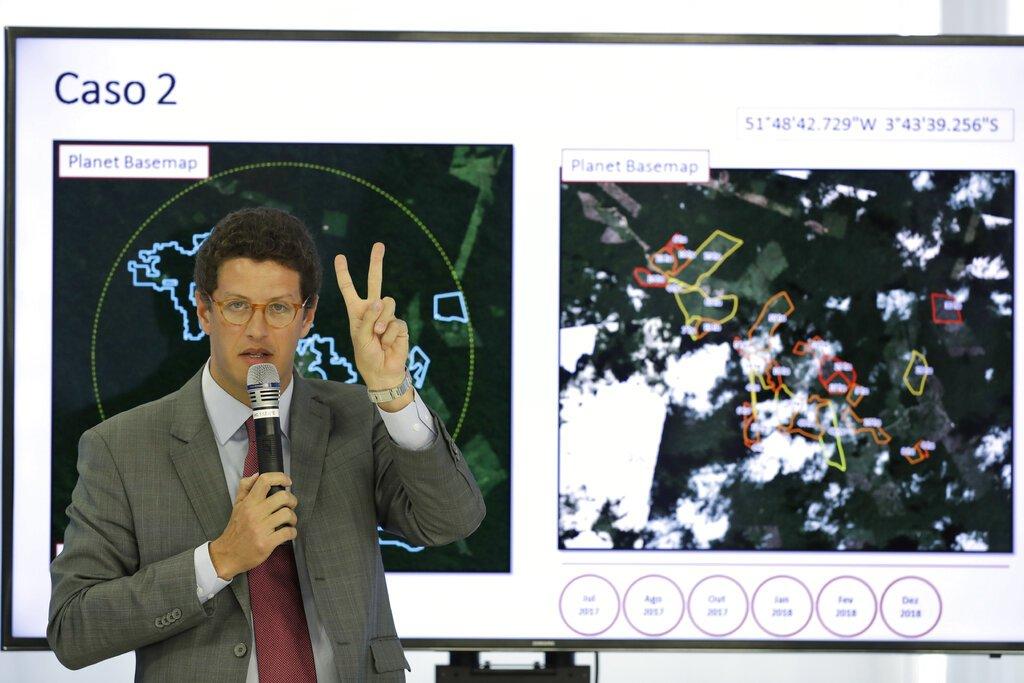 El ministro de Medio Ambiente de Brasil, Ricardo Salles, hace una presentación durante una conferencia de prensa sobre la deforestación en la Amazonia, el jueves 1 de agosto de 2019 en el palacio presidencial de Planalto, en Brasilia. Foto: Eraldo Peres / AP.
