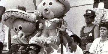 Público durante los Juegos Panamericanos de La Habana 91' con el Tocopán, la mascota del evento. Foto: Trabajadores / Archivo.