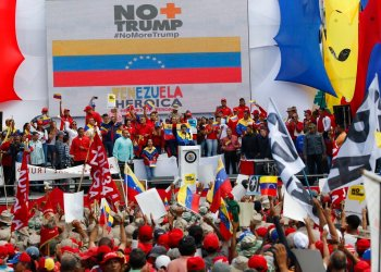 El presidente venezolano Nicolás Maduro ofrece un discurso durante una concentración realizada en rechazo a las sanciones que acordó el presidente estadounidense Donald Trump, en Caracas, Venezuela, el sábado 10 de agosto de 2019. (AP Foto/Ariana Cubillos)