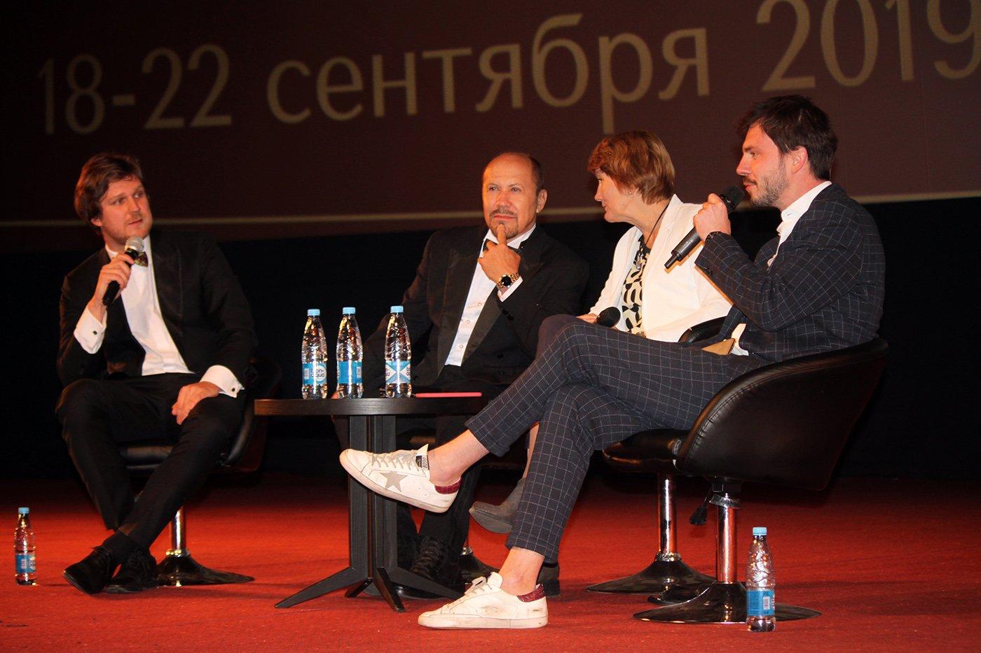 """Héctor Noas (2-i) en la presentación de la película """"Sergio y Serguéi"""" en Moscú, Rusia."""