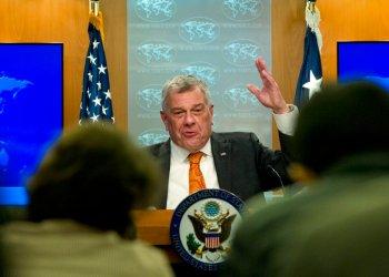 En esta imagen de archivo, Michael Kozak, el nuevo jefe interino de la diplomacia estadounidense para Latinoamérica, habla durante la presentación de un reporte del Departamento de Estado, en Washington, el 13 de marzo de 2019. Foto: Jose Luis Magana / AP / Archivo.