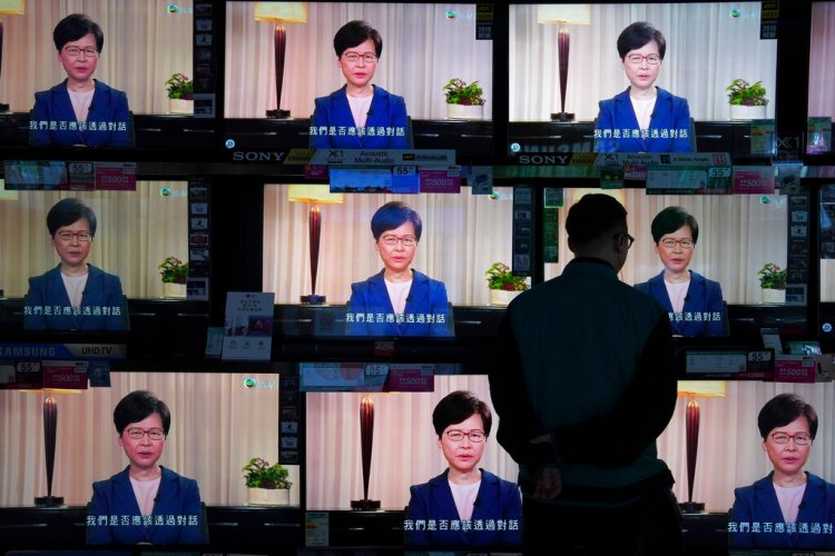 Un hombre observa el mensaje televisado de la jefa ejecutiva de Hong Kong, Carrie Lam, sobre la polémica ley de extradición del territorio, en una tienda de electrodomésticos, en Hong Kong, el 4 de septiembre de 2019. (AP Foto/Vincent Yu)