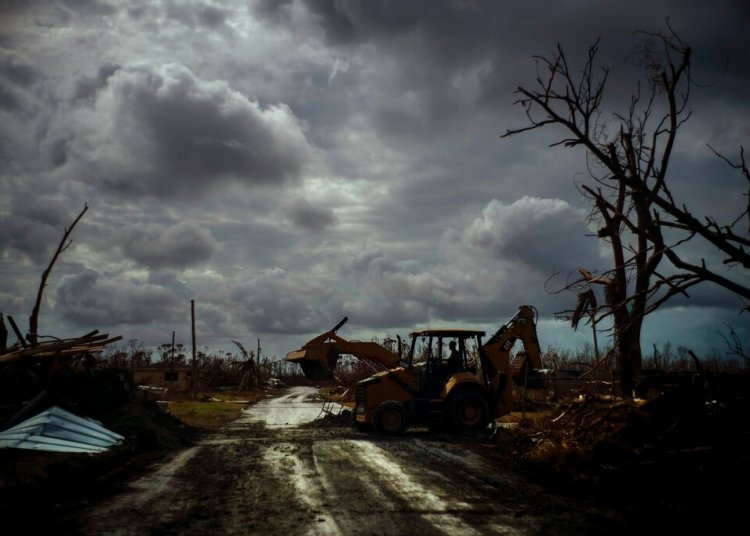 Un bulldozer despeja un camino bloqueado por el paso del huracán Dorian en Mclean's Town, Gran Bahama, el viernes 13 de septiembre de 2019. Foto: Ramón Espinosa / AP.