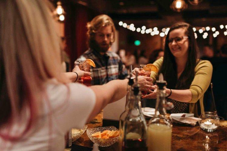 Un barman sirviendo a comensales el coctel sin alcohol Rae of Sunshine en el bar temporal Sans Bar en The Factory Luxe en Seattle. (Saleina Marie Photography vía AP)