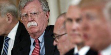 El ex asesor de Seguridad Nacional John Bolton (atrás) contempla al presidente Donald Trump mientras este habla en una reunión en la Casa Blanca. Foto: Pablo Martínez Monsivais / AP / Archivo.