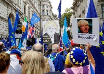 Simpatizantes de que Gran Bretaña permanezca en la Unión Europea protestan frente a la residencia del primer ministro Boris Johnson en Downing Street, en Londres. (Foto AP/Matt Dunham)