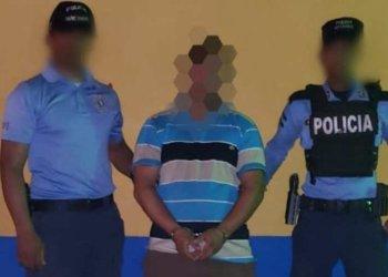 """""""Coyote"""" salvadoreño detenido por la policía de Honduras, mientras pretendía trasladar a migrantes rriegulares cubanos hacia la frontera con Guatemala, en su camino a los Estados Unidos. Foto: elsalvador.com"""